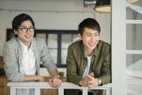 笑顔の20代男性2人 10161018489| 写真素材・ストックフォト・画像・イラスト素材|アマナイメージズ