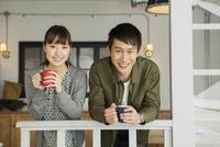 カップを持つ笑顔の20代男女