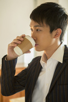 部屋でホットドリンクを飲む20代男性 10161018532| 写真素材・ストックフォト・画像・イラスト素材|アマナイメージズ