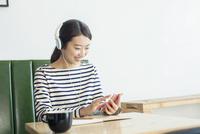 カフェで音楽を聴く20代女性 10161018549| 写真素材・ストックフォト・画像・イラスト素材|アマナイメージズ