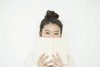 本を手に持つ20代女性の目元