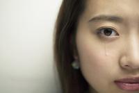 涙を流す20代女性