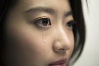 涙を流す20代女性 10161018673| 写真素材・ストックフォト・画像・イラスト素材|アマナイメージズ