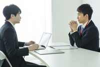 オフィスで仕事をする20代男性2人 10161018696| 写真素材・ストックフォト・画像・イラスト素材|アマナイメージズ