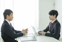 オフィスで仕事をする20代男性2人 10161018699| 写真素材・ストックフォト・画像・イラスト素材|アマナイメージズ