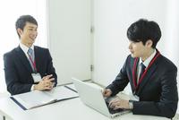 オフィスで仕事をする20代男性2人 10161018701| 写真素材・ストックフォト・画像・イラスト素材|アマナイメージズ