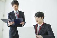 オフィスで仕事をする20代男性2人