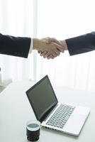 握手をするスーツ姿の20代男性手元
