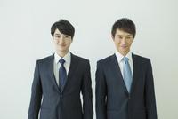 スーツ姿の20代男性2人 10161018719| 写真素材・ストックフォト・画像・イラスト素材|アマナイメージズ