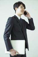 通話をするスーツ姿の20代男性