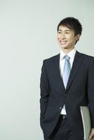 スーツ姿の笑顔の20代男性