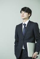 スーツ姿の20代男性 10161018736| 写真素材・ストックフォト・画像・イラスト素材|アマナイメージズ