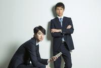 スーツ姿の20代男性2人 10161018749| 写真素材・ストックフォト・画像・イラスト素材|アマナイメージズ
