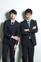腕組みをするスーツ姿の20代男性2人 10161018752| 写真素材・ストックフォト・画像・イラスト素材|アマナイメージズ