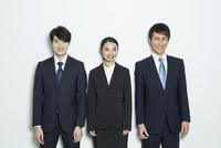 スーツ姿の20代男女3人 10161018764| 写真素材・ストックフォト・画像・イラスト素材|アマナイメージズ