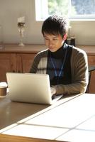 パソコンに向かい仕事をする20代男性 10161018783| 写真素材・ストックフォト・画像・イラスト素材|アマナイメージズ