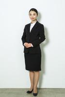スーツ姿の20代女性