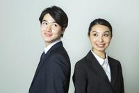 スーツ姿の20代男女 10161018785| 写真素材・ストックフォト・画像・イラスト素材|アマナイメージズ