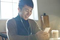 スマホで音楽を聴く20代男性 10161018795| 写真素材・ストックフォト・画像・イラスト素材|アマナイメージズ