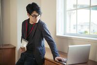 パソコンに向かい仕事をする20代男性 10161018816| 写真素材・ストックフォト・画像・イラスト素材|アマナイメージズ
