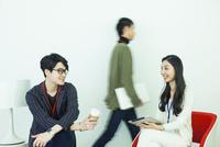 20代男女3人の仕事風景 10161018841| 写真素材・ストックフォト・画像・イラスト素材|アマナイメージズ
