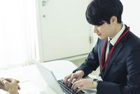 オフィスで仕事をする20代男性