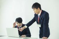 オフィスで仕事をする20代男性2人 10161018852| 写真素材・ストックフォト・画像・イラスト素材|アマナイメージズ