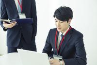 オフィスで仕事をする20代男性 10161018856| 写真素材・ストックフォト・画像・イラスト素材|アマナイメージズ