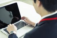 オフィスで仕事をする20代男性の手元 10161018857| 写真素材・ストックフォト・画像・イラスト素材|アマナイメージズ
