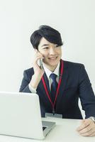 オフィスで通話をする20代男性