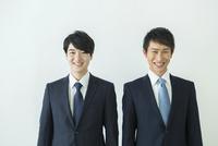 スーツ姿の20代男性2人 10161018861| 写真素材・ストックフォト・画像・イラスト素材|アマナイメージズ
