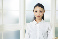 ワイシャツ姿の20代女性 10161018871| 写真素材・ストックフォト・画像・イラスト素材|アマナイメージズ