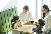 カフェで話す2組の親子 10161018913| 写真素材・ストックフォト・画像・イラスト素材|アマナイメージズ