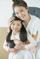 子供を抱きしめる笑顔の母親 10161018921| 写真素材・ストックフォト・画像・イラスト素材|アマナイメージズ