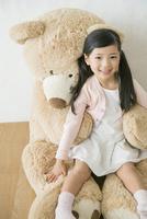 大きなクマのぬいぐるみと女の子