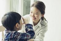 子供と話す笑顔の母親 10161018927| 写真素材・ストックフォト・画像・イラスト素材|アマナイメージズ