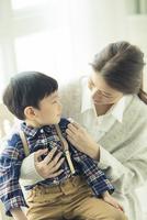 子供を抱きかかえる母親 10161018937| 写真素材・ストックフォト・画像・イラスト素材|アマナイメージズ