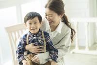 子供を抱きかかえる母親 10161018938| 写真素材・ストックフォト・画像・イラスト素材|アマナイメージズ