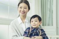 子供を抱きかかえる母親 10161018939| 写真素材・ストックフォト・画像・イラスト素材|アマナイメージズ
