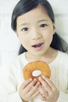 ドーナツを持つ笑顔の女の子