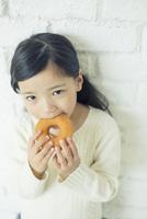 ドーナツを食べる笑顔の女の子