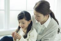 子供と話す笑顔の母親 10161018974| 写真素材・ストックフォト・画像・イラスト素材|アマナイメージズ