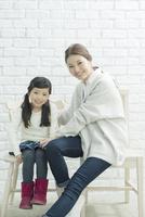 椅子に座る笑顔の親子 10161018979| 写真素材・ストックフォト・画像・イラスト素材|アマナイメージズ