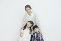 笑顔の仲良し親子ポートレート 10161018983| 写真素材・ストックフォト・画像・イラスト素材|アマナイメージズ