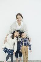 笑顔の仲良し親子ポートレート 10161018986| 写真素材・ストックフォト・画像・イラスト素材|アマナイメージズ