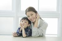 ほおづえをつく笑顔の親子 10161018998| 写真素材・ストックフォト・画像・イラスト素材|アマナイメージズ