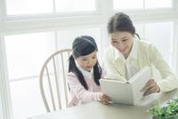 本を読む笑顔の親子 10161018999| 写真素材・ストックフォト・画像・イラスト素材|アマナイメージズ