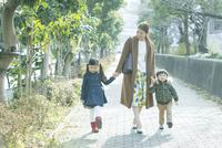 散歩をする親子3人 10161019008| 写真素材・ストックフォト・画像・イラスト素材|アマナイメージズ