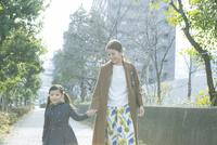 散歩をする笑顔の親子 10161019010| 写真素材・ストックフォト・画像・イラスト素材|アマナイメージズ