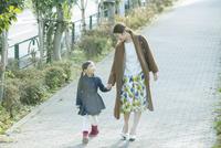 散歩をする笑顔の親子 10161019012| 写真素材・ストックフォト・画像・イラスト素材|アマナイメージズ